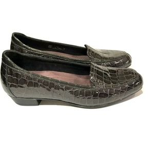 Clarks Everyday Flats Gray Embossed Croc Loafers 7
